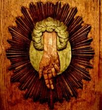 Segnende Hand (Symbol für Gott) Sachsen-Anhalt Bernburg Schlosskirche Lesepult Christliche Kunst Bildlegende: Bernburg S.-Anhalt Schlosskirche © noten-apitz.de Bildquelle: Musikverlag Apitz