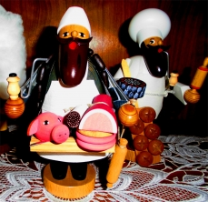 Gedrechseltes Räuchermännchen Weihnachtshaus Seiffen ©noten-apitz.de; Bildquelle: Musikverlag Apitz