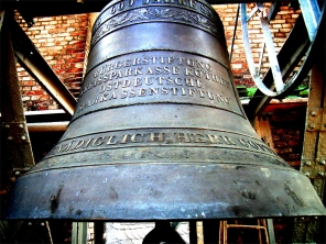 St. Jakob Köthen, Glocke im Glockenstuhlhängend; Bildquelle: Grünbaum