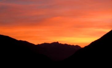 Sonnenuntergang; Südtirol, Vinschgau – Dorf Tirol, Blick: Naturns ©noten-apitz.de; Bildquelle: Musikverlag Apitz