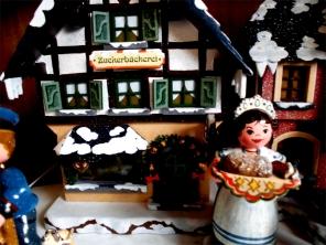 Gedrechselter Weihnachtsschmuck, Weihnachtshaus Seiffen ©noten-apitz.de; Bildquelle: Musikverlag Apitz